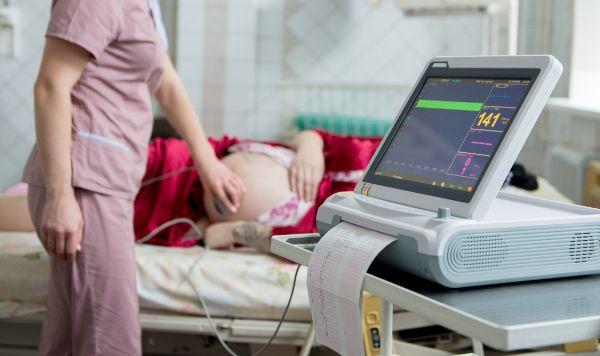 エコー検査を受ける妊婦