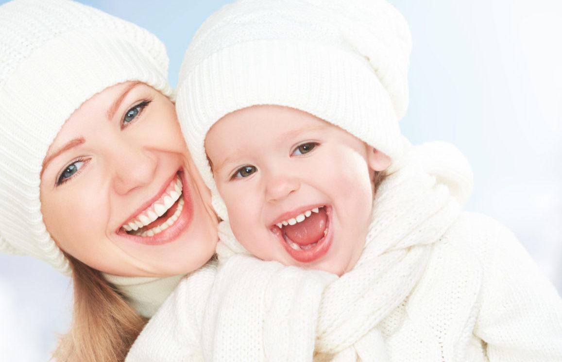 雪の中笑顔の母子